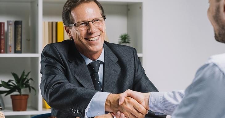 contador fechando negócio após ler dicas de como aumentar as vendas do seu escritório contábil