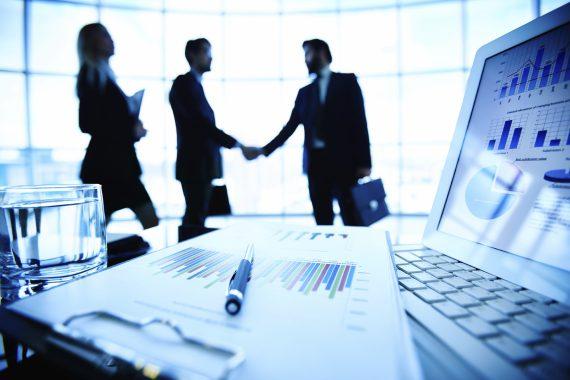 Pessoas apertando as mãos depois de definirem uma estratégia de marketing contabilidade