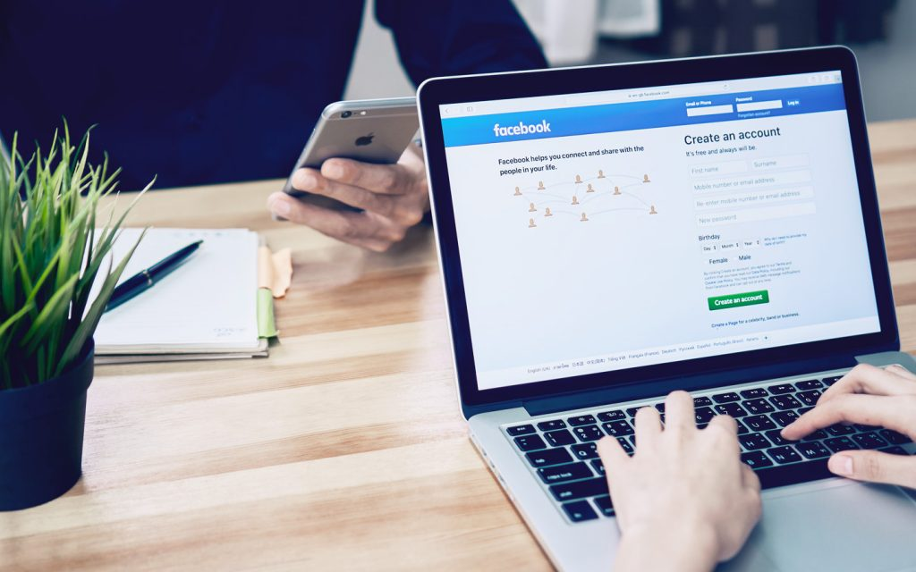 Mulher desenvolvendo campanhas de mídia paga em um computador como uma etapa do plano de marketing contabilidade