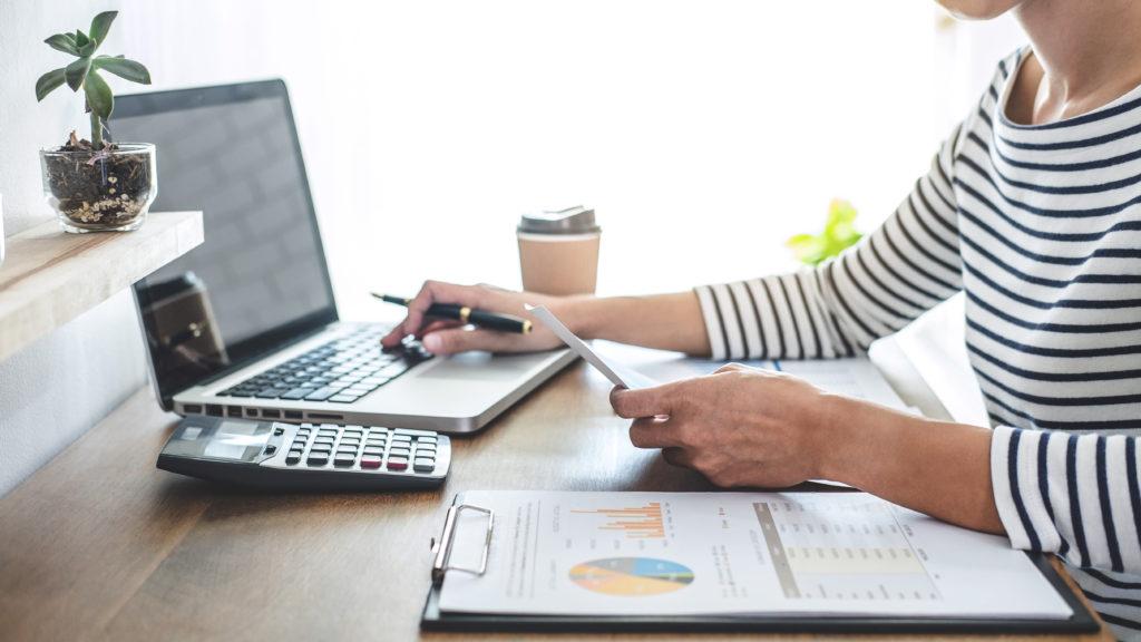 Mulher trabalhando em produtos de marketing contabilidade