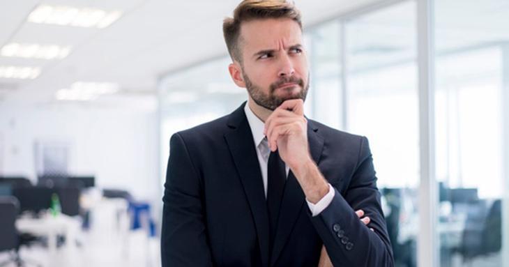 contador pensando sobre o que está impedindo a abertura de empresas