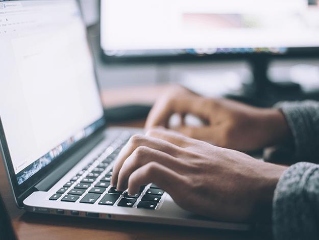Empreendedor procurando sabe se está fazendo marketing correto na internet