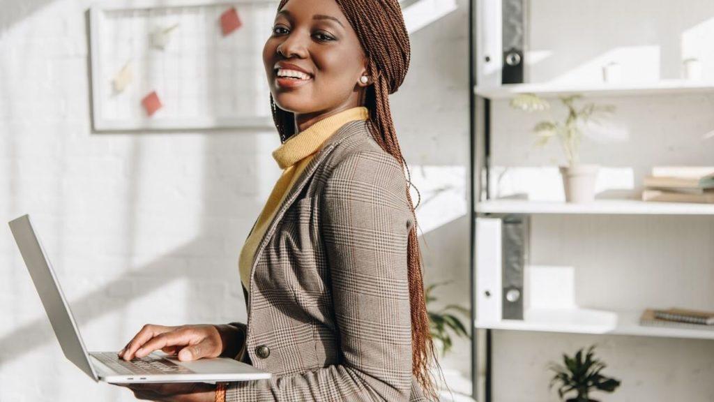 empreendedora que sabe dos cuidados de abrir empresa