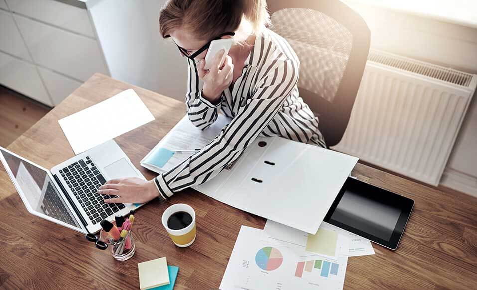 Mulher começando a se planejar para abrir um negócio