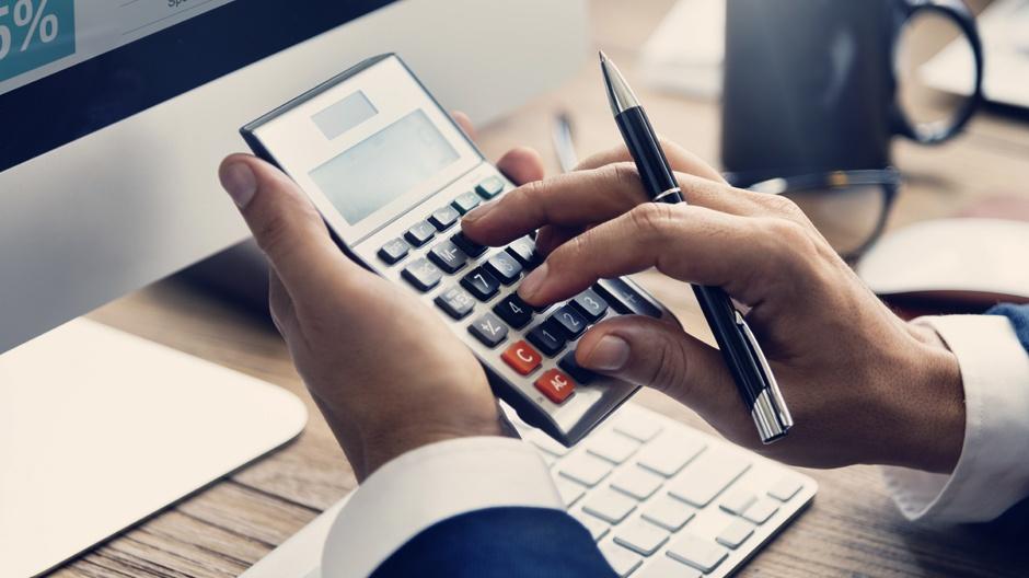 Profissional de Contabilidade Digital cuidando de demandas financeiras