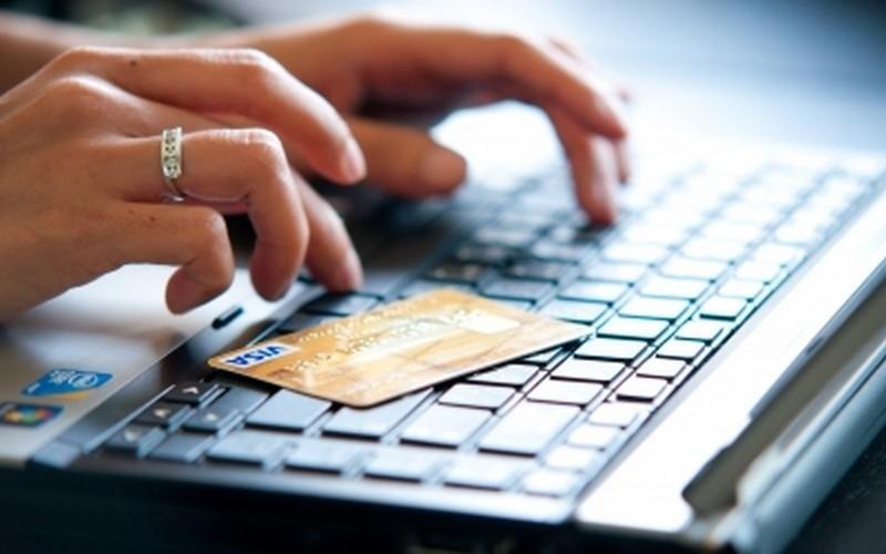 Pessoa realizando compra online