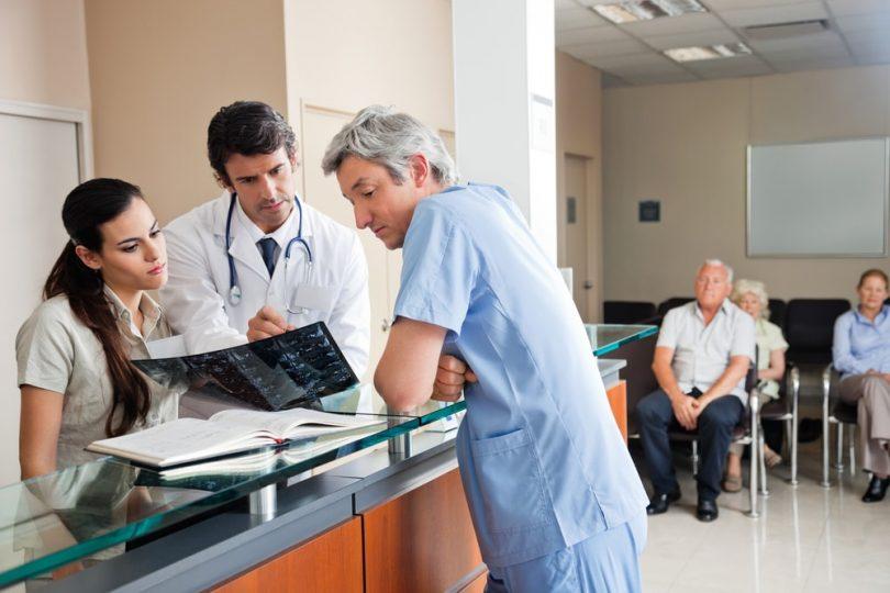 Profissionais conversando sobre médico pode ser MEI