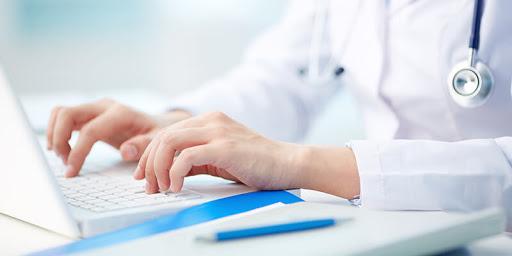 Profissional procurando como é feita a emissão de CNPJ para médicos
