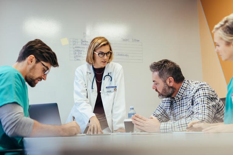 Especialistas de medicina cuidando de agenda de atendimentos