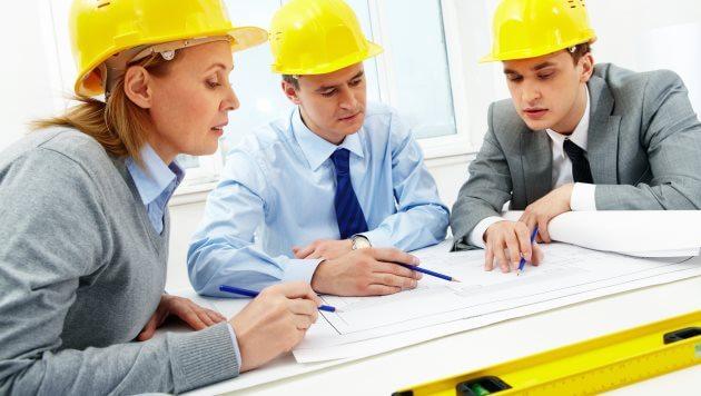 Profissionais estudando possibilidade de contratação de Contabilidade para engenheiros