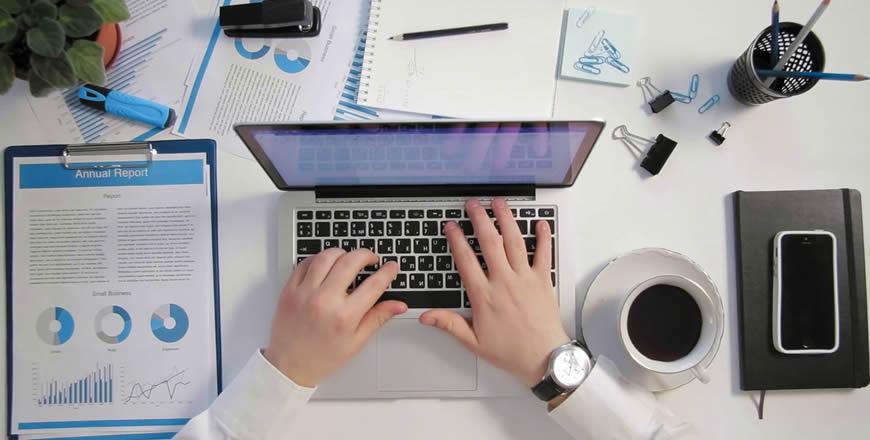 Especialista fazendo uma pesquisa sobre Marketing para Contabilidade em um notebook