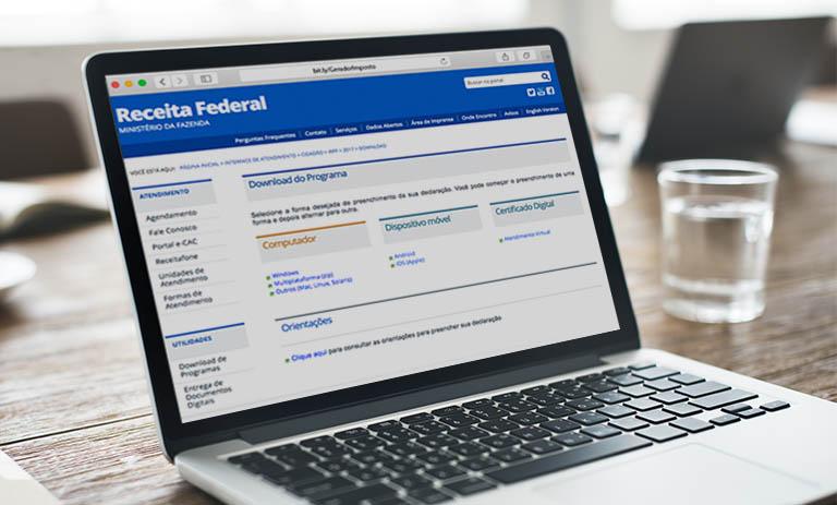 Notebook com site da Receita Federal para que pessoa possa consultar quem precisa declarar imposto de renda