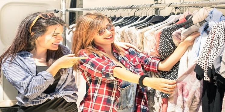 Mulher que concluiu o processo de como abrir uma loja de roupas