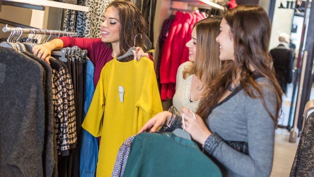 Empreendimento de uma pessoa que concluiu o processo de como abrir uma loja de roupas