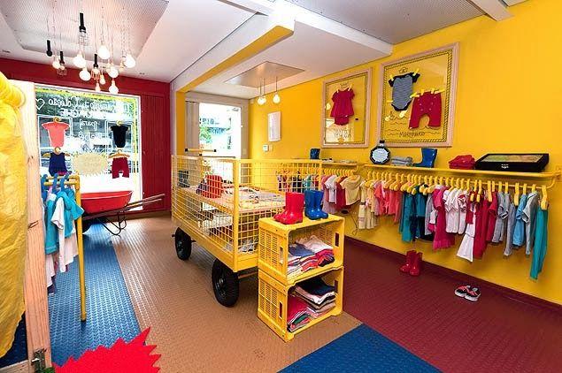 Negócio de uma pessoa que concluiu o processo de como abrir uma loja de roupas