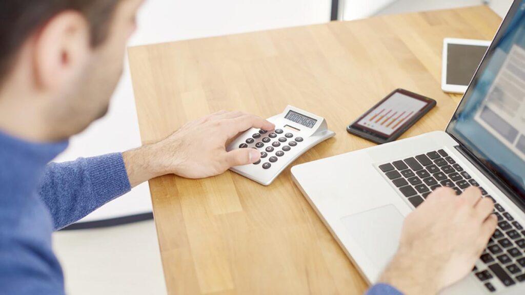 Empreendedor calculando o fluxo de caixa de sua empresa