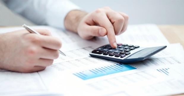 Contador calculando quanto vai gastar com Marketing para Imposto de renda