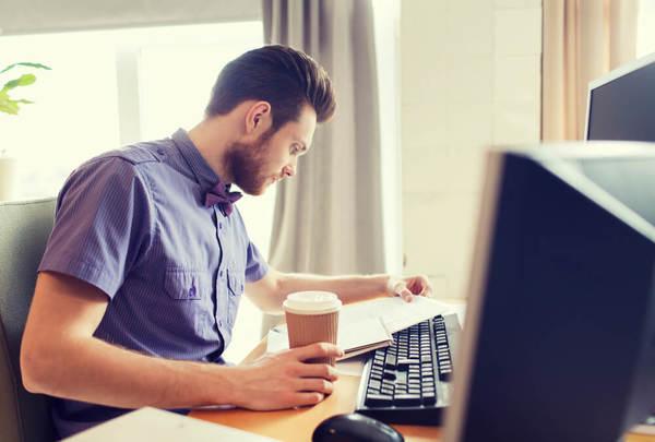 Empreendedor que está procurando saber como funciona o processo de abertura de empresa