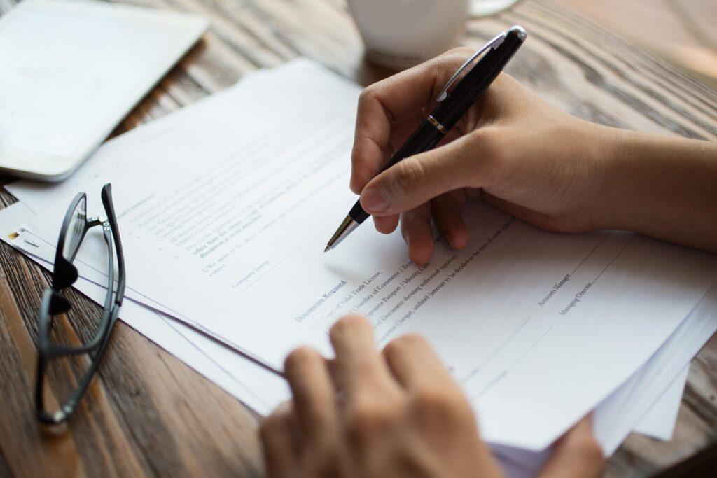 Pessoa assinando documentos para abertura de empresa