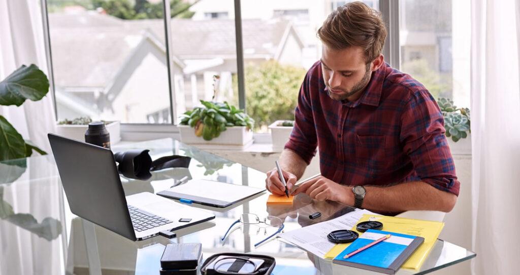 Dono de empresa procurando como adequar produto na gestão de crise de pequenos negócios