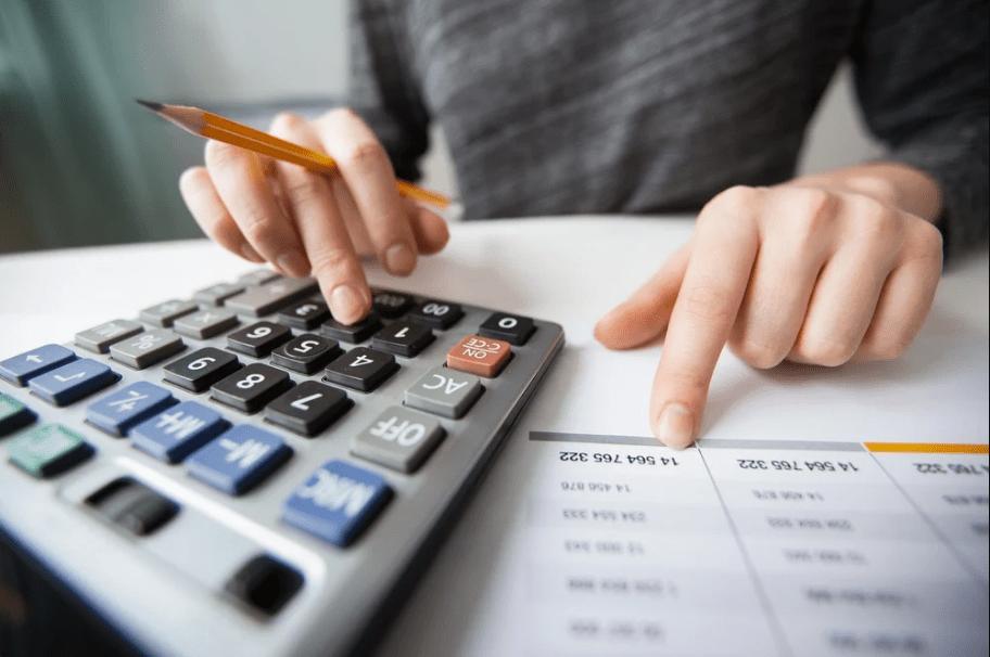 Empreendedor calculando gastos para saber como vender mais mesmo na crise