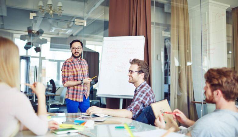 Empresa realizando reunião de capital de giro