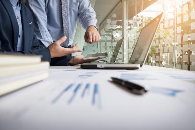 Profissionais conversando transformação digital nas empresas