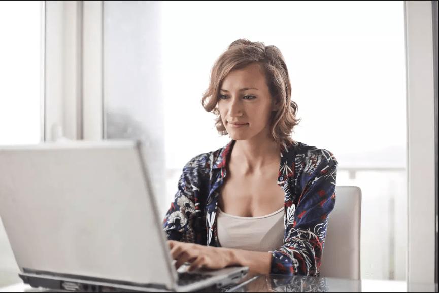 Empreendedora se planejando para saber como abrir empresa simples nacional
