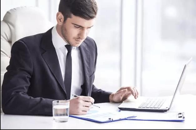 Empreendedor se planejando para saber como abrir empresa simples nacional