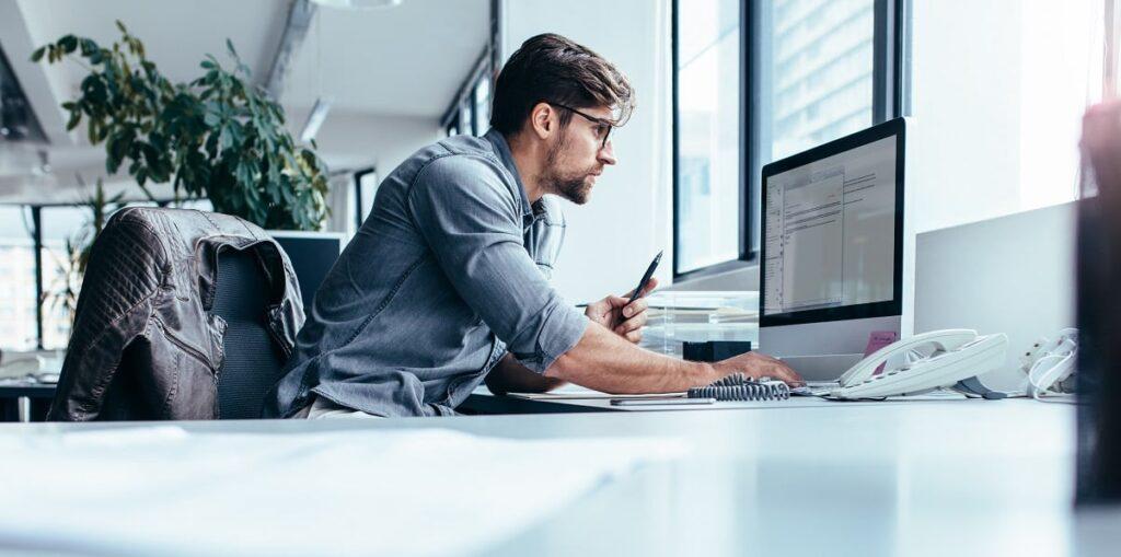 Empreendedor procurando como encerrar uma micro empresa simples em um computador