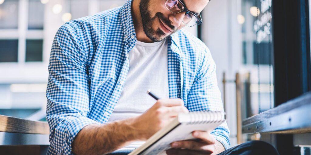 Empreendedor anotando dicas de consultoria para melhorar a gestão