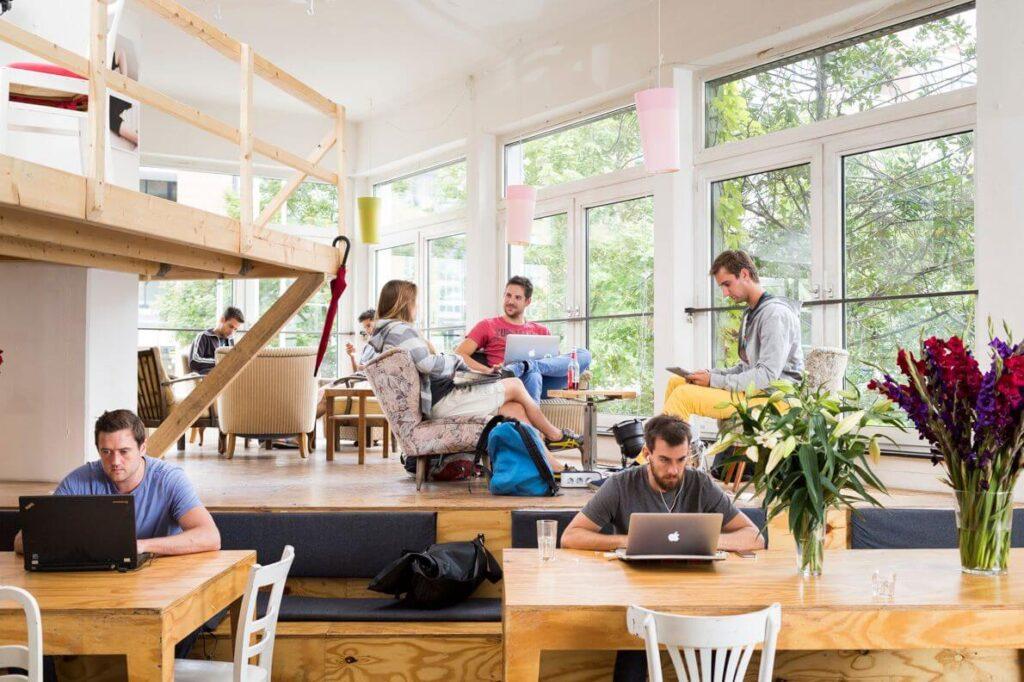 O que é coworking: exemplo de pessoas trabalhando nesta cultura