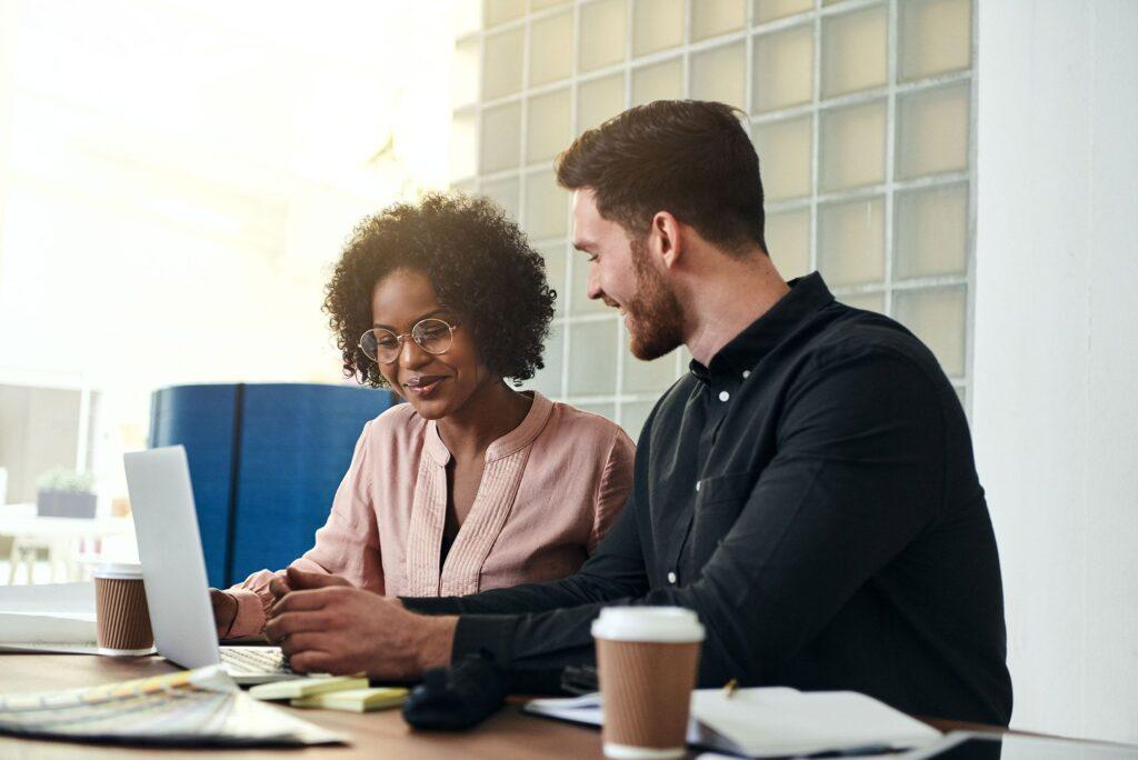 Empreendedores realizando planejamento como uma parte de o que precisa para abrir empresa