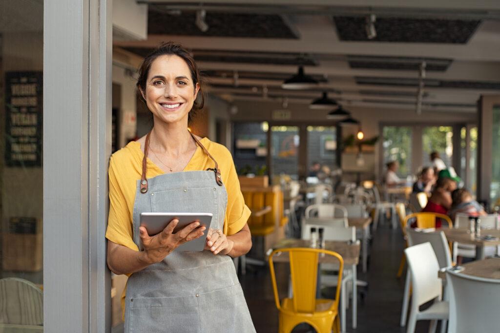 Empreendedora que sabe onde conseguir dinheiro para abrir um negócio