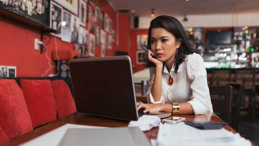 Especialista em marketing digital trabalhando em um notebook