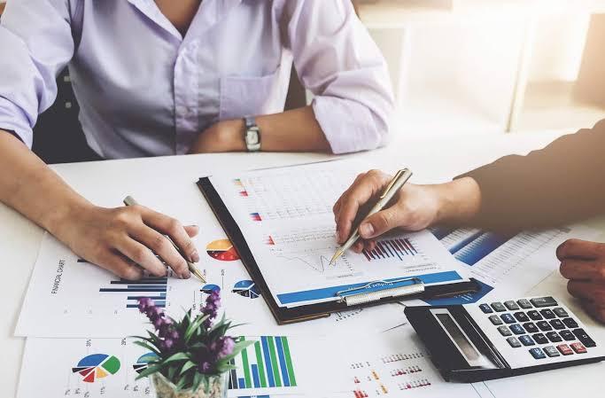 Profissionais de marketing digital estudando sobre CNAE marketing digital