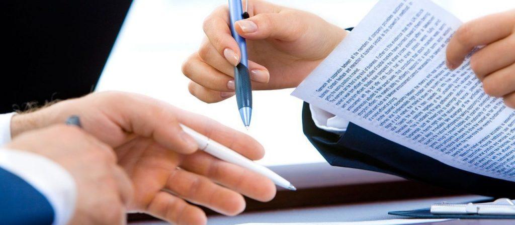 Dupla de contador e empreendedor trabalhando no processo de como abrir um CNPJ