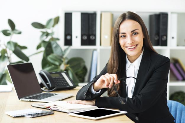 Contadora que pode ajudar um empreendedor a concluir o processo de como abrir um CNPJ