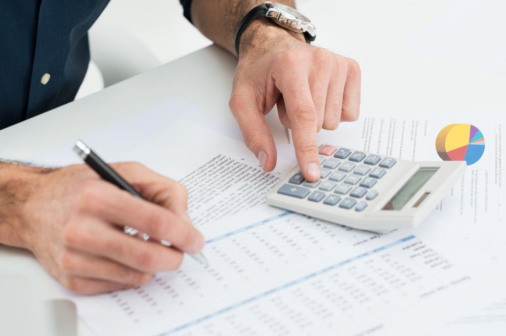 Homem realizando cálculos para saber como fazer um CNPJ