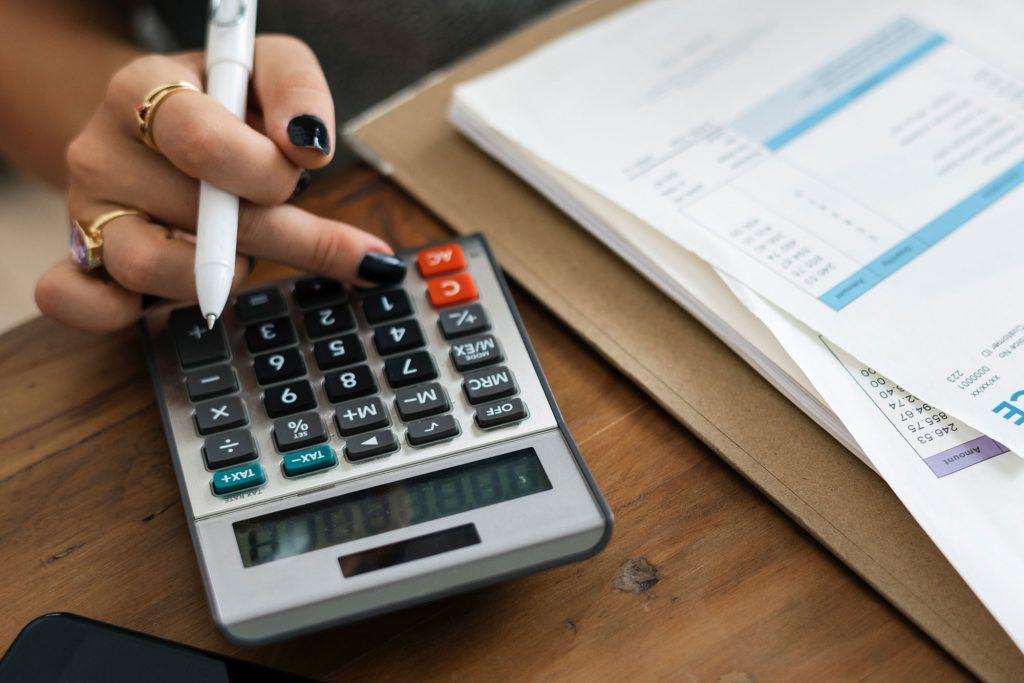 Mulher realizando cálculos para saber como fazer um CNPJ