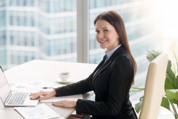 Mulher que trabalha em um escritório de contabilidade para franquias