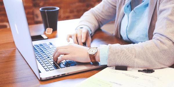 Empreendedora procurando na internet se corretor de seguros pode ser MEI