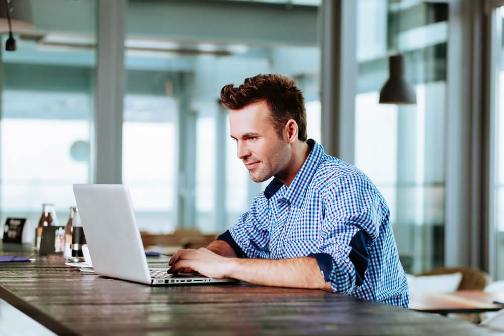 Homem procurando quais tipos de profissões podem ser MEI