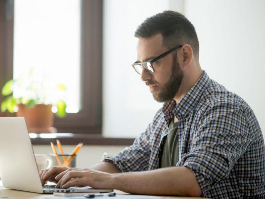 Homem procurando saber se corretor de seguros pode ser MEI