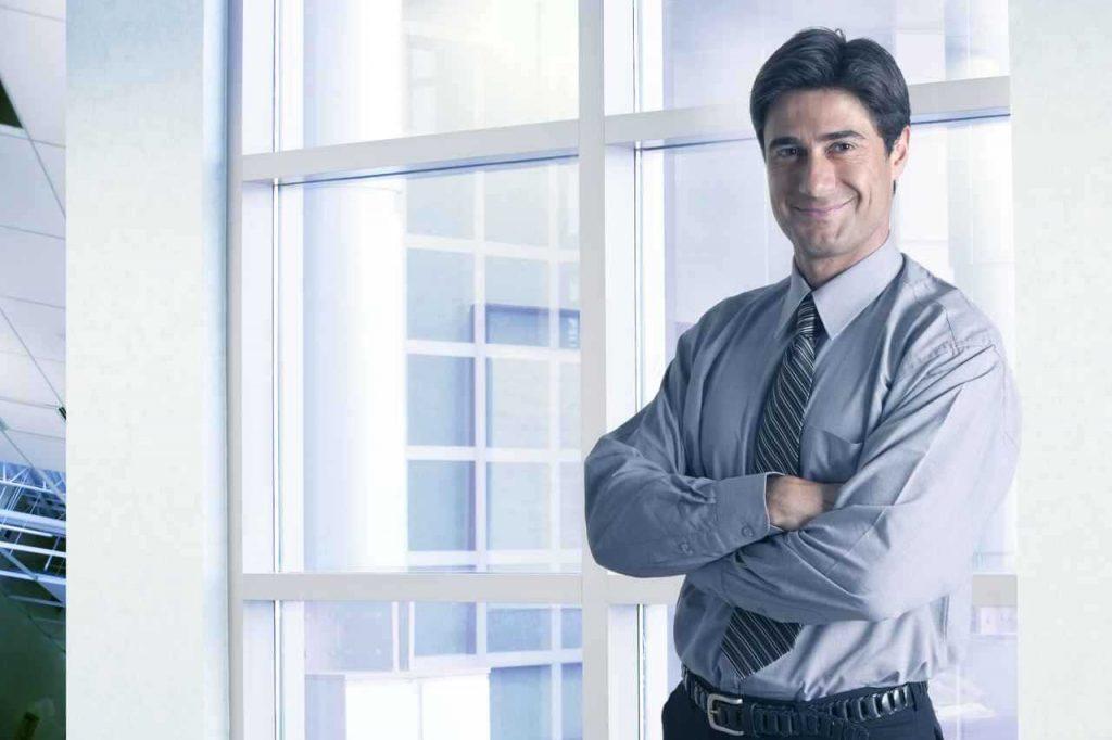 Empresário com vontade de concluir o processo de como abrir uma empresa