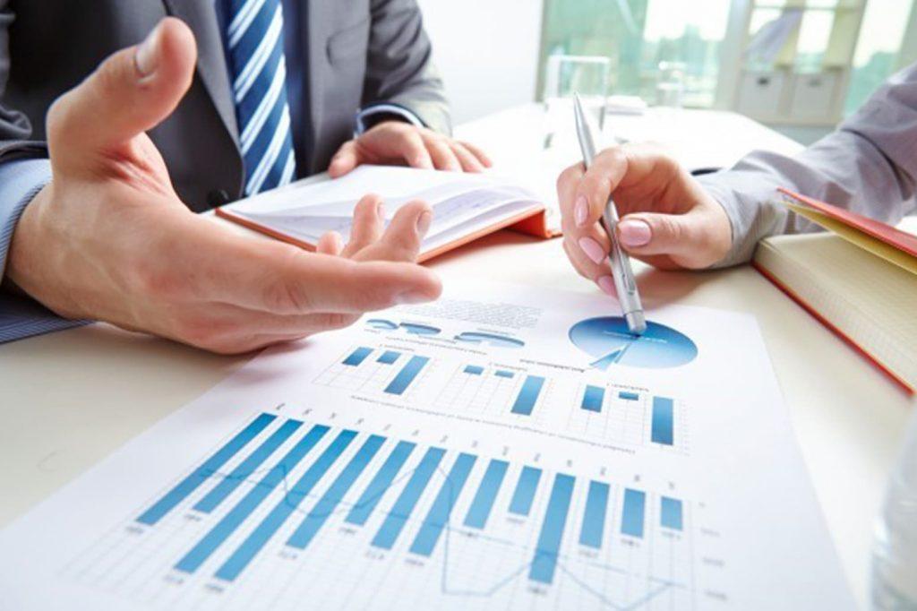 Contador e empreendedor trabalhando no processo de legalização de uma empresa