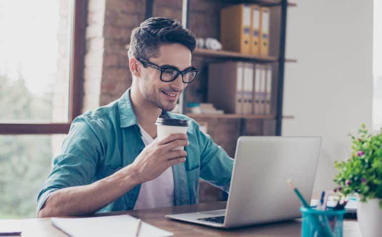 Homem realizando pesquisas na internet para reunir documentos sobre como abrir um CNPJ
