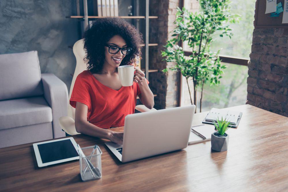 Mulher procurando como abrir uma empresa sem muitos problemas por meio de um notebook