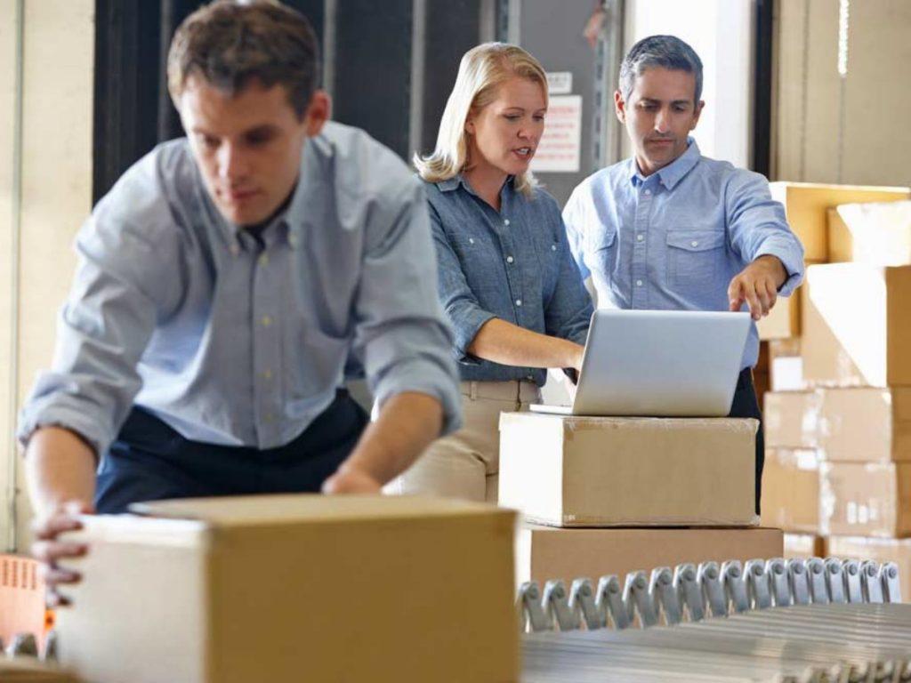 Sócios se organizando para realizar o processo de como abrir uma micro empresa