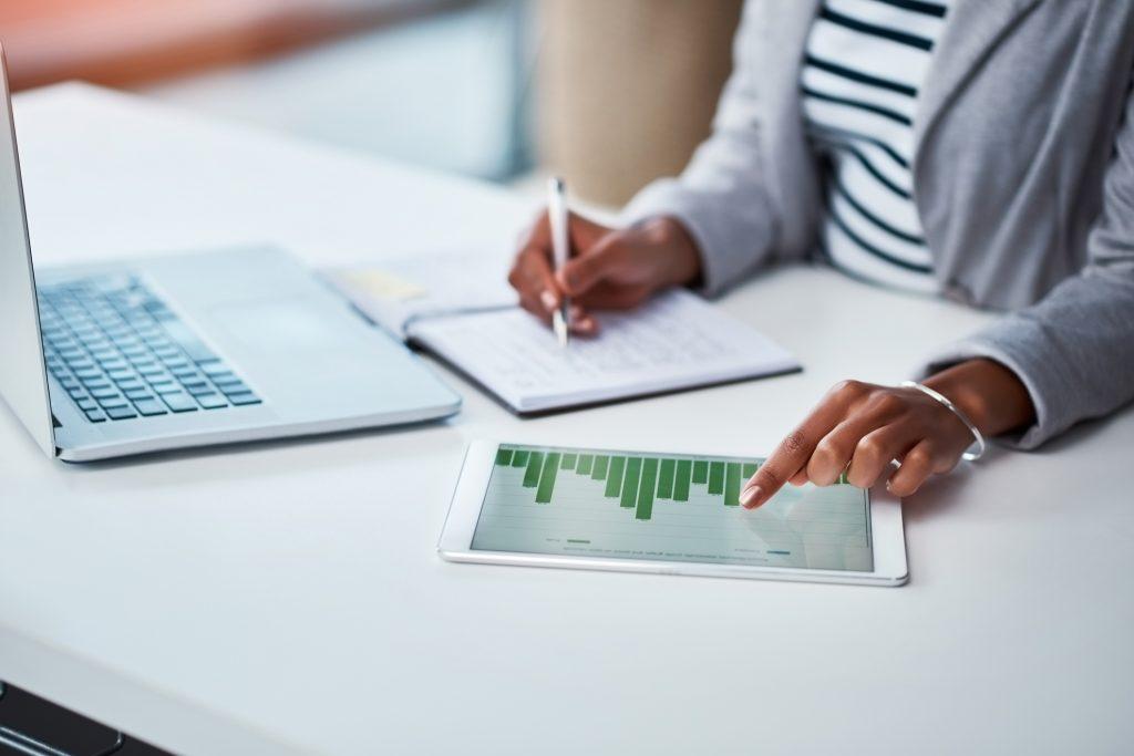 Empreendedora cuidando de demandas sobre financeiro para MEI